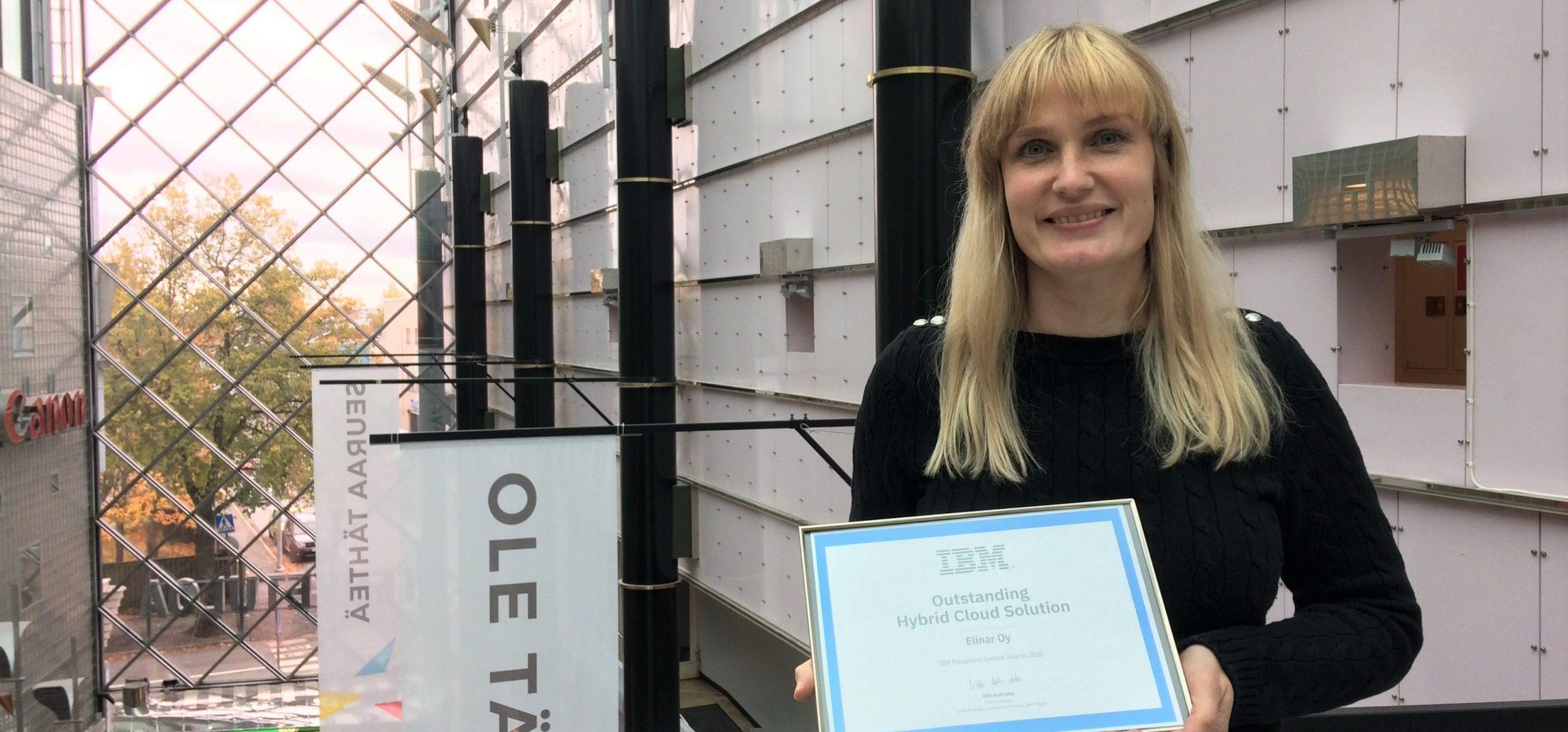 Leena Tähti pitelemässä IBM:n tunnustusta Elinarin tekoälyratkaisusta